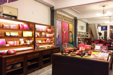 位於霞海城隍廟正對面,是您購買伴手禮的最佳地點!買姻緣餅拜月老超適合!