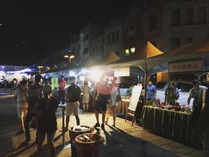 大稻埕的永樂市場 夜晚的迪化街