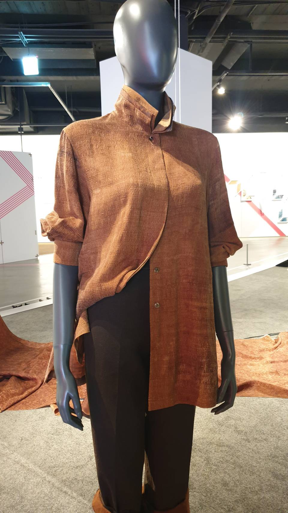 纖維工藝博物館現場展示的上衣及長褲,視覺上呈現相當簡潔。(記者劉明福翻攝)