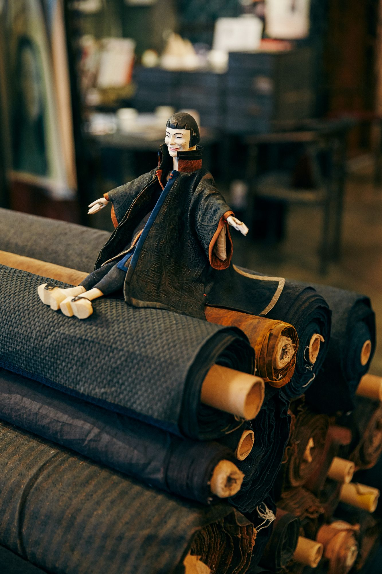 設計師洪麗芬創作的珍貴布料「洪絲 HONG Silk」,和以她本人為靈感所打造、身穿自家品牌服裝的人偶。