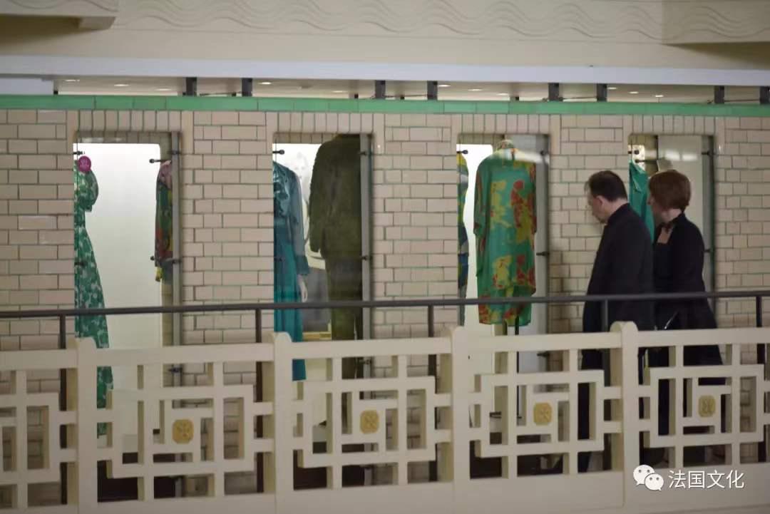 <p>二層的淋浴和更衣間變成了展覽櫥窗,展出的服飾、圖紙和布料記錄著這座紡織之城的過去。</p><p>&nbsp;</p><p>Au premier &eacute;tage, les cabines de douche et les vestiaires sont devenus les vitrines d'exposition des v&ecirc;tements, dessins et tissus qui t&eacute;moignent de l'histoire de la ville et de son industrie textile.</p>